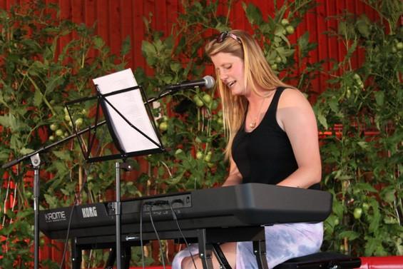 Solo-Auftritt von Josefine Huff Bild: Jens Brehl CC BY-NC-SA 4.0