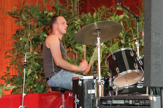 Der Schlagzeuger gab alles. Bild: Jens Brehl CC BY-NC-SA 4.0