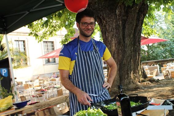 Der Gemüse-Koch hat alles im Griff. Bild: Jens Brehl CC BY-NC-SA 4.0