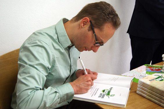 Volle Konzentraton beim Signieren. Bild: Christiane Hartung