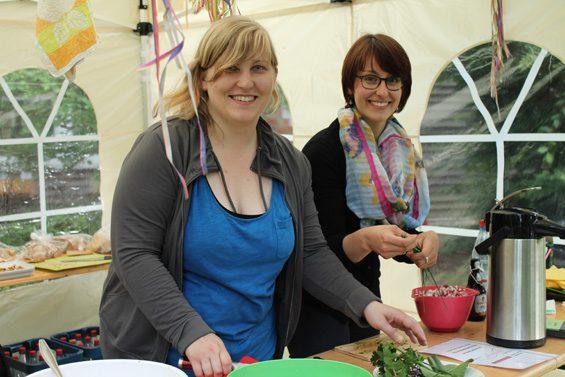 Zwei Küchenfeen von Slow Food Youth Fulda. Bild: Jens Brehl CC BY-NC-SA 4.0