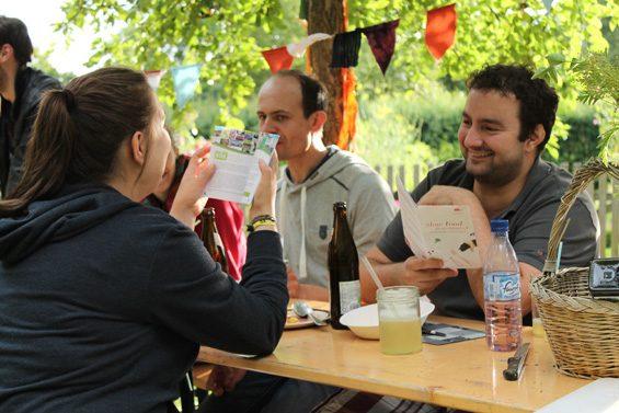 Sich mal eben über Slow Food und Fuldaer Initiativen informieren. Bild: Jens Brehl CC BY-NC-SA 4.0