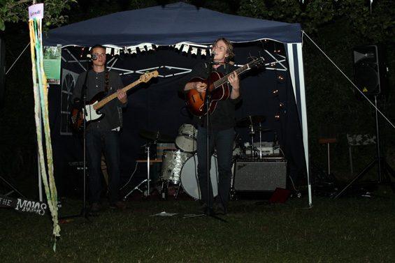"""Für Live-Musik sorgte """"Nik & the Mojos"""". Bild: Jens Brehl CC BY-NC-SA 4.0"""