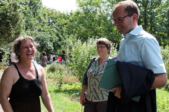 Neben Mathias Wagner (rechts), informierte sich auch Marion Neumeister (Mitte), Kreisvorstand B90/Die Grünen, über das Projekt.Bild: Jens Brehl CC BY-NC-SA 4.0