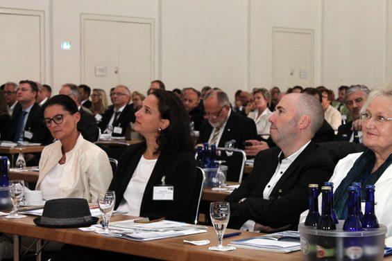 Gesunde Lebensmittel sind das auch das Thema von Thomas Gutberlet (2. v. rechts), Geschäftsführer von tegut… Bild: Jens Brehl CC BY-NC-SA 4.0