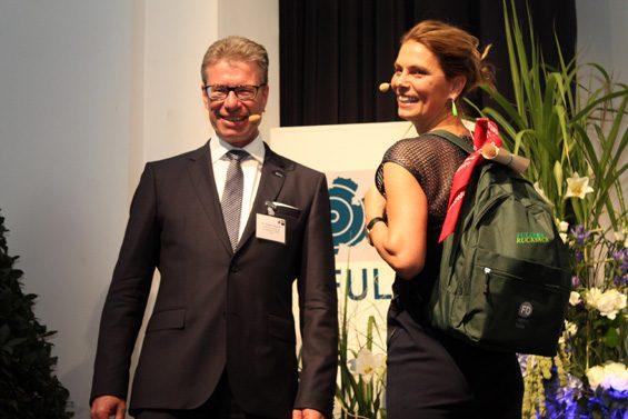 Kein Referent geht ohne Fuldaer Rucksack nach Hause, den Dr. Christian Gebhardt, Vizepräsident der Industrie und Handelskammer Fulda, überreicht. Bild: Jens Brehl CC BY-NC-SA 4.0