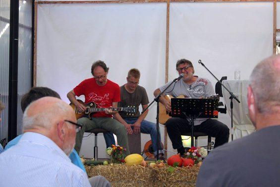 Martin Günzel (rotes T-Shirt) legte mit der Tomato Blues Company los. Bild: Manuel Wluka