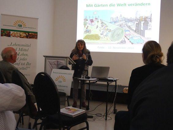 Vom eigenen Garten als Ersatz für den Supermarkt berichtete Karin Frank. Bild: Jens Brehl CC BY-NC-SA 4.0