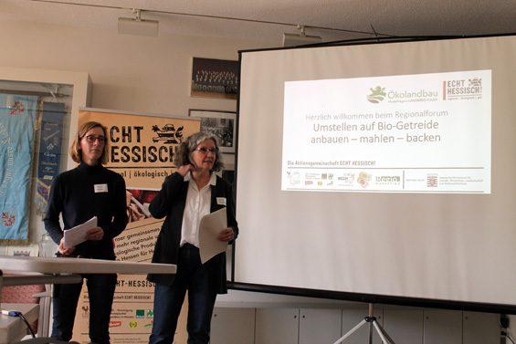 Simone Müller (links) und Dr. Andrea Fink-Keßler begrüßten die Teilnehmer. Bild: Jens Brehl CC BY-NC-SA 4.0
