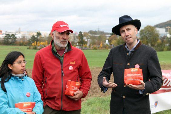 """Öko-Landwirte brauchen freies Saatgut"", erklärte Thomas Gutberlet (rechts). Bild: Jens Brehl CC BY-NC-SA 4.0"