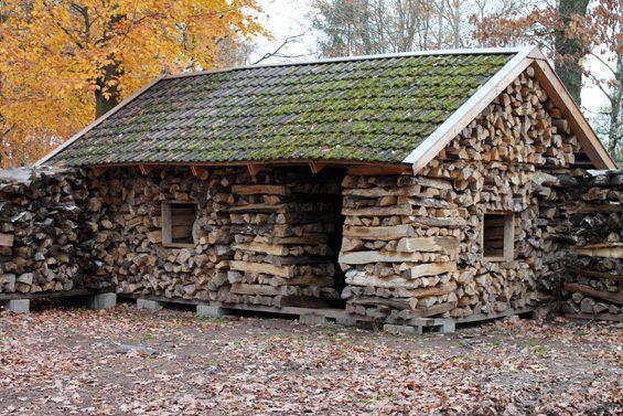 Warum Brennholz nur stapeln, wenn man damit Häuser bauen kann? Bild: Jens Brehl CC BY-NC-SA 4.0
