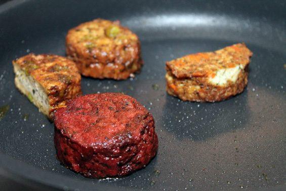 Fleisch? Nein, Tofu-Bratlinge mit Gemüse. Bild: Jens Brehl CC BY-NC-SA 4.0