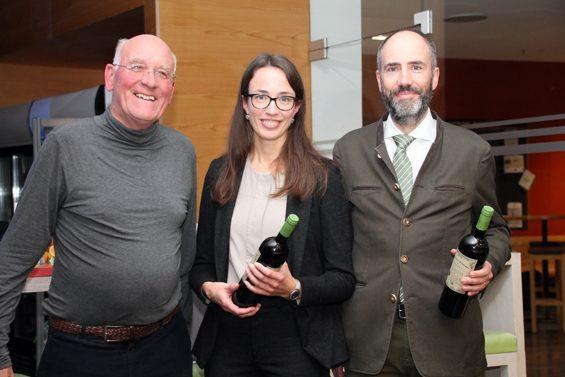 Zum Dank gab es für die Referenten eine Flasche Bio-Wein. Bild: Jens Brehl CC BY-NC-SA 4.0