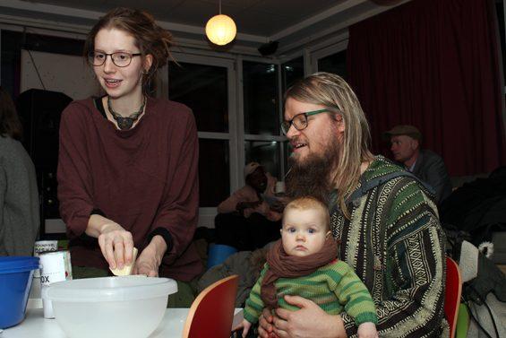Hannah Steller kümmert sich ums Waschmittel. Bild: Jens Brehl CC BY-NC-SA 4.0