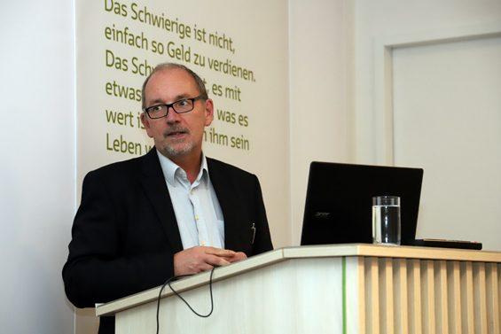 Josef Schnitzbauer stellte kostenfrei die Räumlichkeiten in der GLS Bank. Bild: Jens Brehl CC BY-NC-SA 4.0