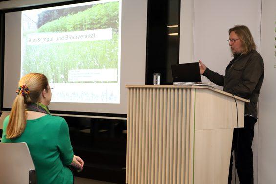 Volker Weber bereitete mit dem Vermitteln von Basiswissen den Boden für künftige Diskussionen. Bild: Jens Brehl CC BY-NC-SA 4.0
