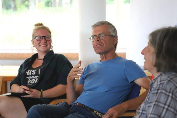 v.l.n.r Gärtnerin Inga Koch, Gerrit Jansen und Gärtnerin Astrid Liermann – Bild: Jens Brehl CC BY-NC-SA 4.0