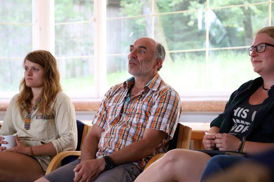 Thorsten Keuer (Mitte) und Inga Koch (rechts) hören aufmerksam zu. Bild: Jens Brehl CC BY-NC-SA 4.0