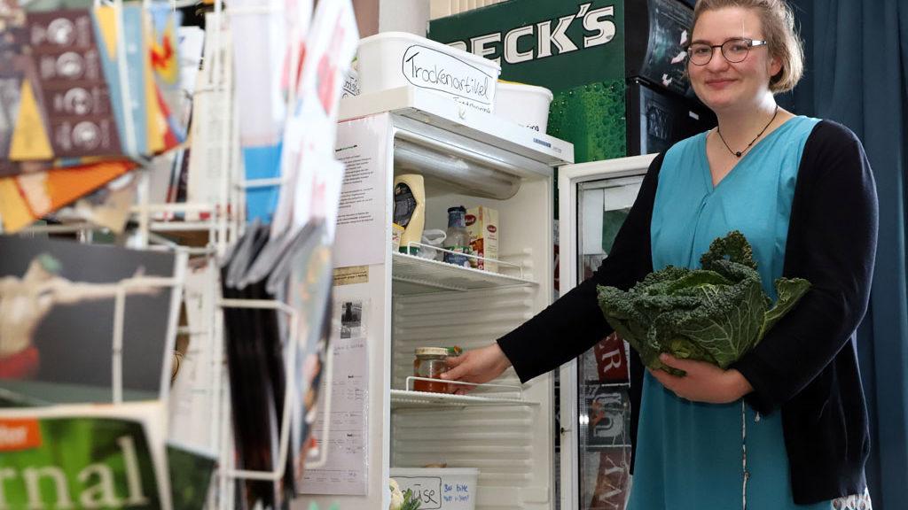 Karla Stoltzmann von Foodsharing Fulda zeigt den ersten Verteiler.