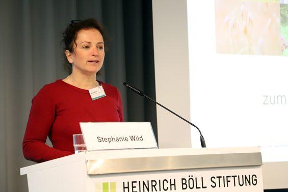 Stephanie Wild vom Netzwerk Solidarische Landwirtschaft eröffnete die Tagung. – Bild: Jens Brehl CC BY-NC-SA 4.0