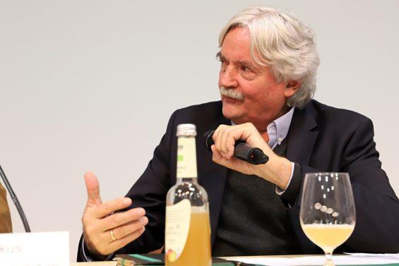 Moderierte und fragte kritisch nach: Wilfried Bommert. Bild: Jens Brehl CC BY-NC-SA 4.0
