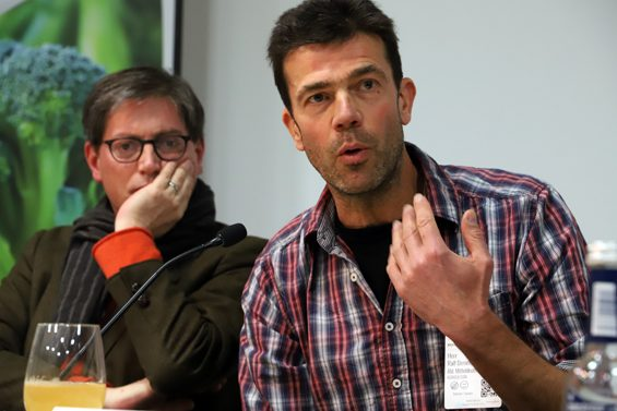 Unzufrieden mit der täglichen Praxis ist Öko-Landwirt Ralf Demmerle (rechts). Bild: Jens Brehl CC BY-NC-SA 4.0