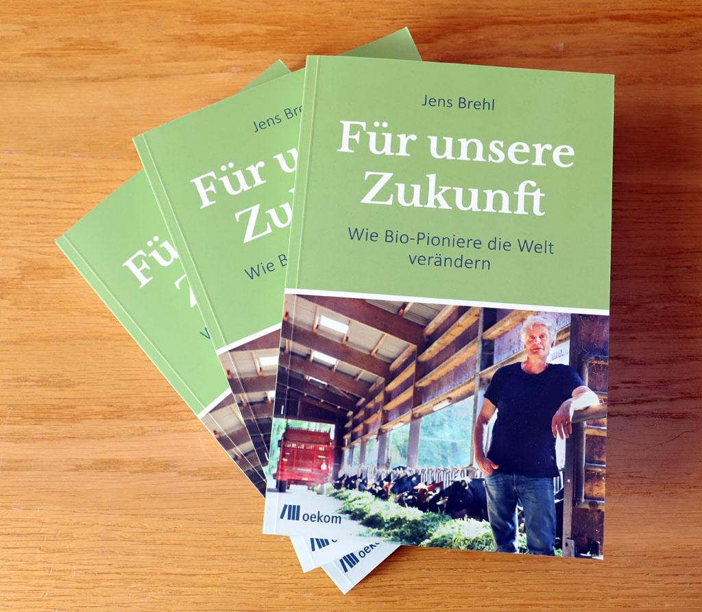 """drei Exemplare des Buchs """"Für unsere Zukunft - Wie Bio-Pioniere die Welt verändern"""" von Jens Brehl"""