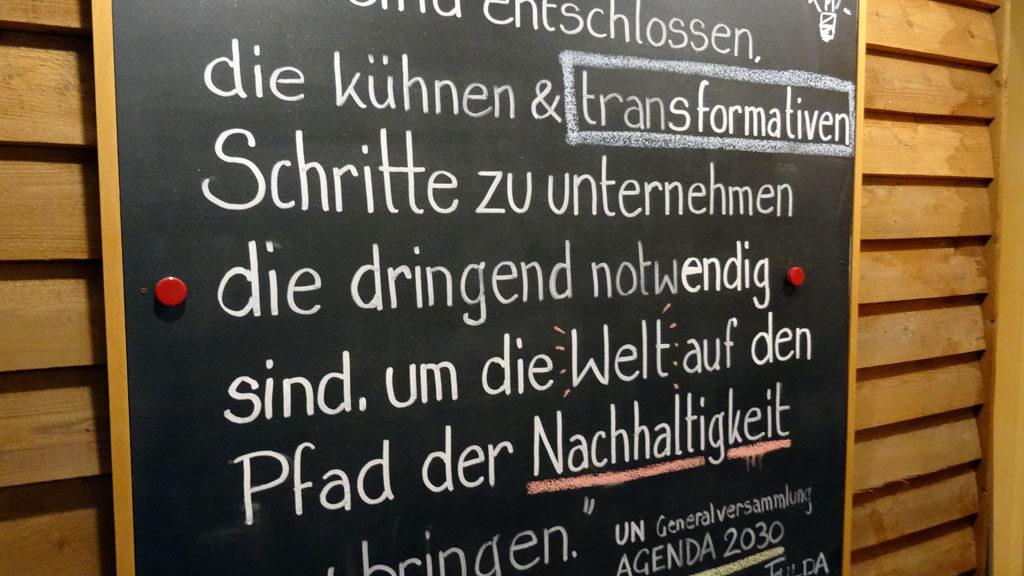 Tafel im Eingangsbereich Umweltzentrum Fulda mit Bekenntnis zur Agenda 2030
