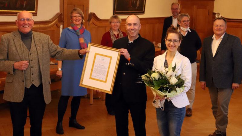 Thomas Gutberlet nimmt den Ehrenbrief in Gold entgegen